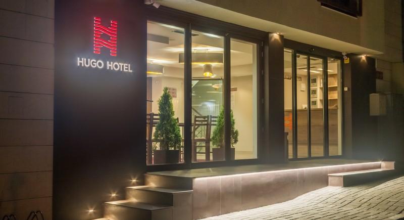 Хотел Хюго - фасада през нощта