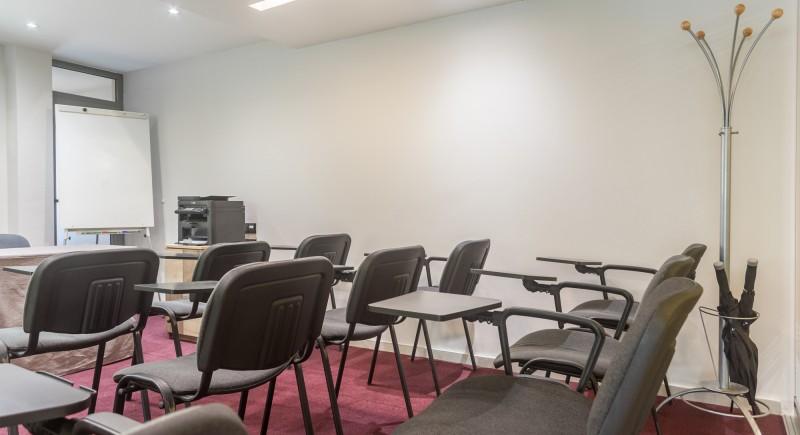Общ изглед - класна стая със столове с подлакътници